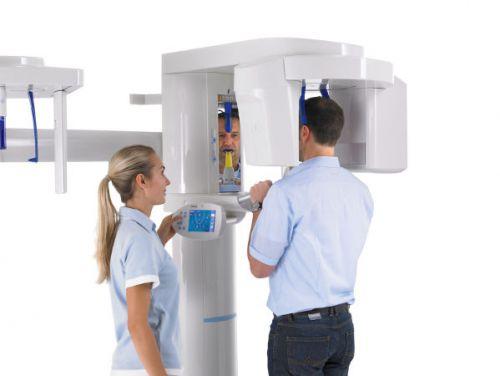 Человеку делают томограф зубов