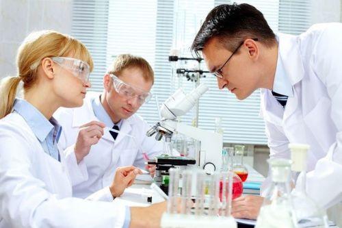 Изучение образцов жидкости под микроскопом