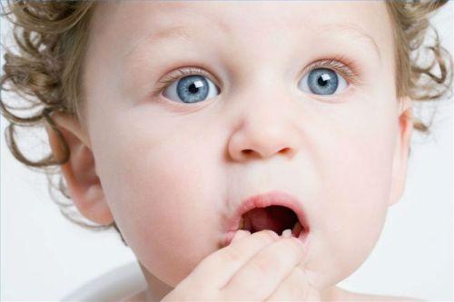 Ребенок что-то тянет в рот