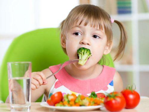 Ребенок ест здоровую пищу