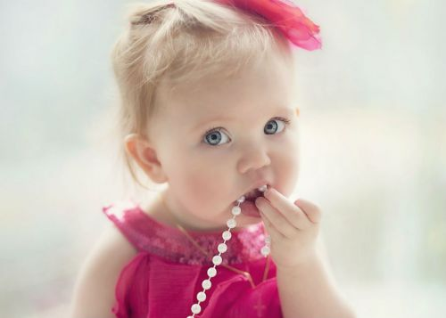 Ребенок с украшениями