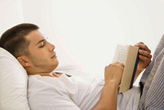 Мужчина читает книжку