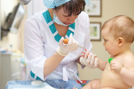 У ребенка берут кровь на анализ