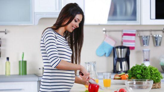 Беременная нарезает перец
