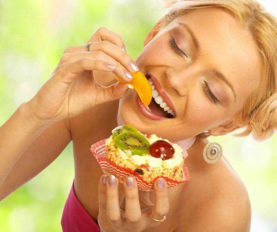 Женщина ест сладости