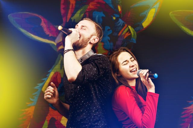 Мужчина и женщина поют