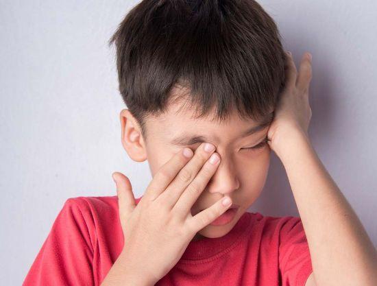 Ребенок чешет глаза