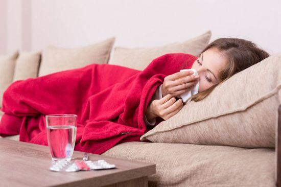 У девушки простуда
