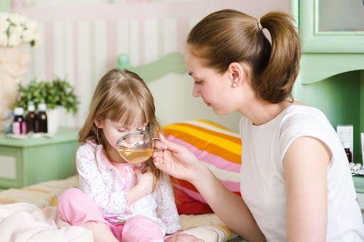 Девочку поят чаем