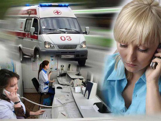 Женщина звонит в скорую помощь