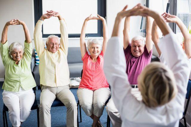 Пожилые на физкультуре