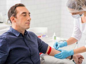 Забор крови из вены у мужчины