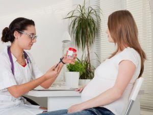 Беременной дают баночку для мочи