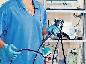 Фиброгастроскоп в руках врача