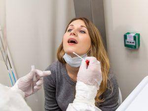Взятие мазка на коронавирус