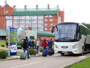 Люди с чемоданами заходят в автобус