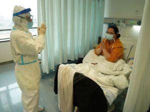 Врач приветствует пациента