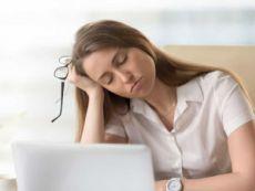 Девушка засыпает перед ноутбуком