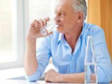 Мужчина пьет воду