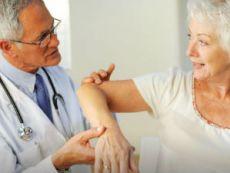 Врач осматривает кости пациента