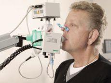 Человек дышит в специальный аппарат